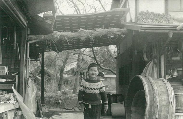 漬物工場の様子と大きな樽の写真